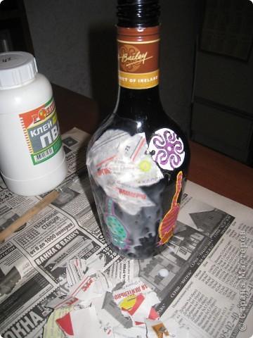 Бутылку моем, очищаем от этикеток. в моем случае на ней неудачная недоделка.  ПВА, газета, кисть. фото 3