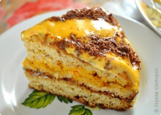 """Торт """"Пчелка""""   Ингредиенты:      * 6 столовых ложек меда     * 5 яиц     * 1 стакан сахара     * 1 ч.л. разрыхлителя (или 1 ч.л. соды)     * 2-2.5 стакана муки  крем:      * 500 г сметаны     * 1 стакан сахара      * пищевой краситель  Мед нагреть с разрыхлителем до коричневого цвета. Отделить белки от желтков, желтки растереть с сахаром до исчезновения крупинок.Мед немного охладить и добавить в желтковую массу, все хорошо перемешать. Добавить муку и замесить тесто. Белки взбить в пену. Чтобы они лучше взбились, необходимо добавить щепотку соли. Белки аккуратно ввести в тесто. Выложить тесто слоем 0.5-1 см в смазанную маслом форму (у меня форма диаметром 26 см). Поставить в разогретую до 180 градусов духовку. Выпекать в течение 8-10 минут. Выпечь 3-4 коржа. Приготовить крем. Сметану взбить с сахаром до исчезновения крупинок. Готовые коржи смазать кремом сразу, как достанете из духовки. Сверху нанести полоски из тертого шоколада."""