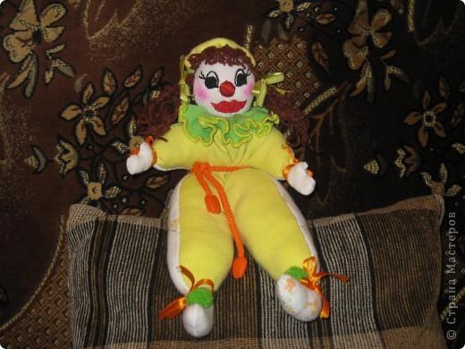 Это мой Рыжик.С него я начала  шить куклы.Шила его без выкройки,как называется на глаз.Промучилась с ним конечно долго,не знала с чего начать.Но вышло по мойму не плохо для первого раза. фото 2