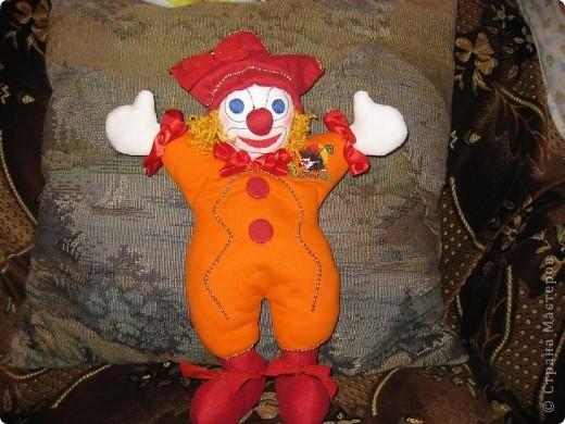 Это мой Рыжик.С него я начала  шить куклы.Шила его без выкройки,как называется на глаз.Промучилась с ним конечно долго,не знала с чего начать.Но вышло по мойму не плохо для первого раза. фото 1