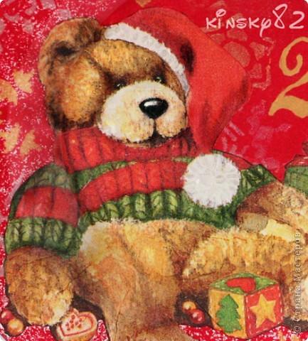 А у меня новая тарелочка. В этот раз празднично-поздравительно-новогодняя. Была подарена маме мужа на Новый 2011 год! Выполнена в технике обратного декупажа. Картинка как и всегда обычная трёхслойная салфеточка. Посудинка раскрашена акриловыми красками. Снежинки нанесены с обратной стороны тарелЬки с помощью трафаретов золотым и серебряным контурами по стеклу. Кстати, тарелочка вскрыта стекловидным лаком, так что водички она вовсе не боится и её смело можно мыть! А еще с неё можно есть, но мама как всегда будет на неё только любоваться... фото 3