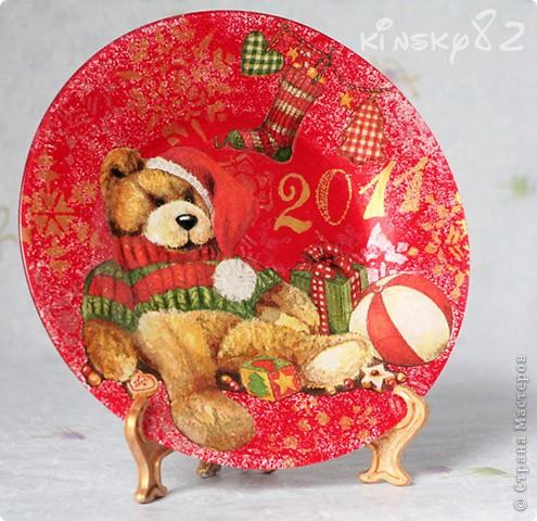 А у меня новая тарелочка. В этот раз празднично-поздравительно-новогодняя. Была подарена маме мужа на Новый 2011 год! Выполнена в технике обратного декупажа. Картинка как и всегда обычная трёхслойная салфеточка. Посудинка раскрашена акриловыми красками. Снежинки нанесены с обратной стороны тарелЬки с помощью трафаретов золотым и серебряным контурами по стеклу. Кстати, тарелочка вскрыта стекловидным лаком, так что водички она вовсе не боится и её смело можно мыть! А еще с неё можно есть, но мама как всегда будет на неё только любоваться... фото 2