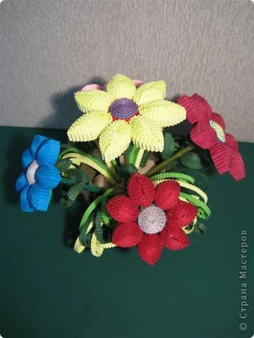 Эти цветочки  и ракета были выполнены по МК Ларисочке http://stranamasterov.ru/user/4056, за что ей большое спасибо. Цветочки крутила дочка (5 лет) , поэтому мы лепестки сделали из целой полоски, чтобы ей было попроще. Сборка была выполнена мной.  фото 1