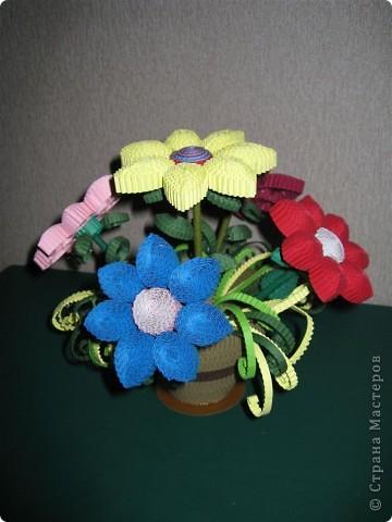 Эти цветочки  и ракета были выполнены по МК Ларисочке http://stranamasterov.ru/user/4056, за что ей большое спасибо. Цветочки крутила дочка (5 лет) , поэтому мы лепестки сделали из целой полоски, чтобы ей было попроще. Сборка была выполнена мной.  фото 2