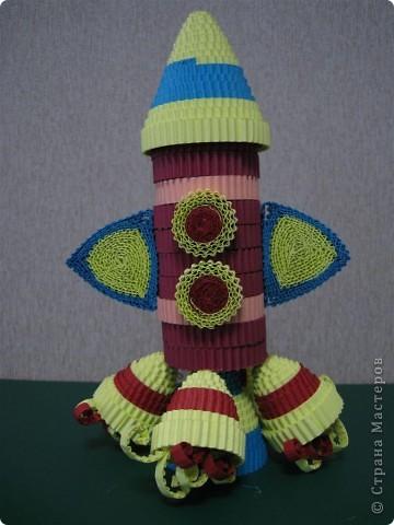 Эти цветочки  и ракета были выполнены по МК Ларисочке http://stranamasterov.ru/user/4056, за что ей большое спасибо. Цветочки крутила дочка (5 лет) , поэтому мы лепестки сделали из целой полоски, чтобы ей было попроще. Сборка была выполнена мной.  фото 3