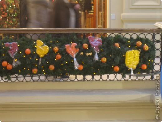 7 января этого года, мы с мужем ездили на Красную площадь посмотреть небольшую композицию из ледяных скульптур, расположенную около храма Василия Блаженного. Но о ней будет отдельный  репортаж!Вот здесь http://stranamasterov.ru/node/144514 После посещения выставки скульптур - решили заглянуть в ГУМ, к Новому году, там всегда было какое-нибудь интересное  оформление. Можно было почерпнуть кой-какие идеи.... фото 40