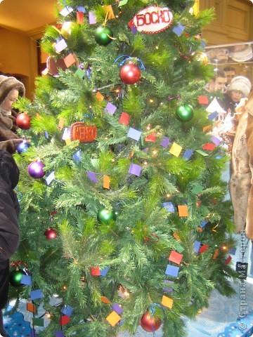7 января этого года, мы с мужем ездили на Красную площадь посмотреть небольшую композицию из ледяных скульптур, расположенную около храма Василия Блаженного. Но о ней будет отдельный  репортаж!Вот здесь http://stranamasterov.ru/node/144514 После посещения выставки скульптур - решили заглянуть в ГУМ, к Новому году, там всегда было какое-нибудь интересное  оформление. Можно было почерпнуть кой-какие идеи.... фото 35