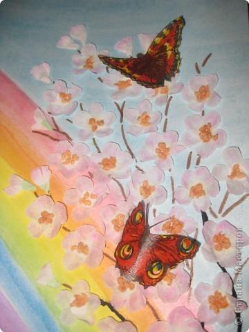 Таких бабочек можно куда угодно пристроить. Мы делали для оформления плаката, но можно украсить занавески, комнатные цветы, приклеить к ним магнит, посадить на шкатулку или баночку... фото 1