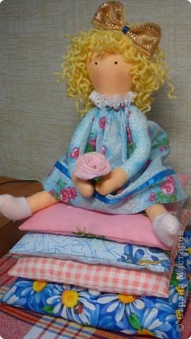 """Присматриваюсь к куклам которые сшили наши Мастерицы. Решила попробывать с такой на первый взгляд простой куклешки....да.. пока не попробуеш не поймеш на сколько это  трудно. Два дня чахла над ней, ну  не хотела она сидеть на попе ровно, ноги перекраивала и ручки сразу в """"рукавах"""" мне не очень....хочется прикрыть соеденитьльный шов. Не сошлись мы с кулешкой  характером, и осталась она без крылышек, только бантик на голову и розочку в ручку ей от меня."""