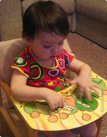 Дочка рассматривает обновленный столик) Незнаю, на долго ли нам его хватит... фото 1