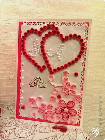 Открытка выполненна в технике квиллинг. В сердечках выложены из половинок бусин инициалы молодых. фото 1