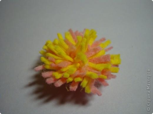 Сейчас еще февраль , а мы с дочкой уже начали готовиться к 8 марта.Хотим поделиться идейкой.Вот такой цветок получился из салфеток для уборки.Салфетку разрезаем пополам. фото 6