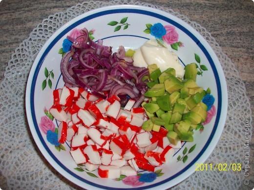 Салат с крабовыми палочками и авокадо «Амалия» фото 4