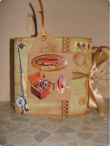 В ожидании обещанного диска решила все-таки сделать коробочку для мужа! Зная его пристрастие к рыбалке и вспомнив про новогодний подарок (ящик для зимней рыбалки) оформила коробочку вот так: фото 1