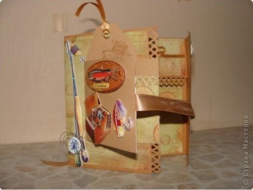 В ожидании обещанного диска решила все-таки сделать коробочку для мужа! Зная его пристрастие к рыбалке и вспомнив про новогодний подарок (ящик для зимней рыбалки) оформила коробочку вот так: фото 3