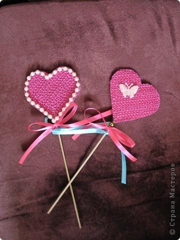 К деревянной палочке приклеила бумажное сердечко-это основа, сверху его обклеила другим сердечком из интересного материала-антискользящий коврик ( понравилась структура). Декорировать можно по вашему вкусу: бусинки, пайетки, тесьма. Украсила атласной лентой. Подарок готов! фото 2