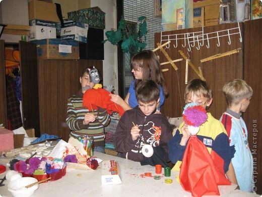 """Я работаю в Московском Дворце Творчества Детей в студии театра кукол. Преподаю детям среднего и старшего возраста оформительское искусство - учу их делать куклы в различных техниках и различных конструкций. Ранее я уже выставляла кукол детей из помпонов (http://stranamasterov.ru/node/44368). Эти куклы - тростевые, выполнены под моим руководством из папье-маше на основе пластиковых бутылок. (мой образец """"Маленький принц"""" тут - http://stranamasterov.ru/node/65002) фото 25"""