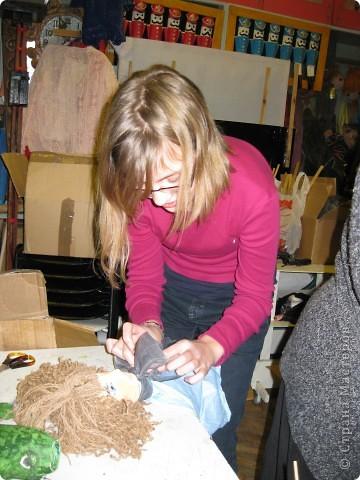 """Я работаю в Московском Дворце Творчества Детей в студии театра кукол. Преподаю детям среднего и старшего возраста оформительское искусство - учу их делать куклы в различных техниках и различных конструкций. Ранее я уже выставляла кукол детей из помпонов (http://stranamasterov.ru/node/44368). Эти куклы - тростевые, выполнены под моим руководством из папье-маше на основе пластиковых бутылок. (мой образец """"Маленький принц"""" тут - http://stranamasterov.ru/node/65002) фото 29"""