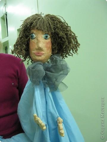 """Я работаю в Московском Дворце Творчества Детей в студии театра кукол. Преподаю детям среднего и старшего возраста оформительское искусство - учу их делать куклы в различных техниках и различных конструкций. Ранее я уже выставляла кукол детей из помпонов (http://stranamasterov.ru/node/44368). Эти куклы - тростевые, выполнены под моим руководством из папье-маше на основе пластиковых бутылок. (мой образец """"Маленький принц"""" тут - http://stranamasterov.ru/node/65002) фото 8"""