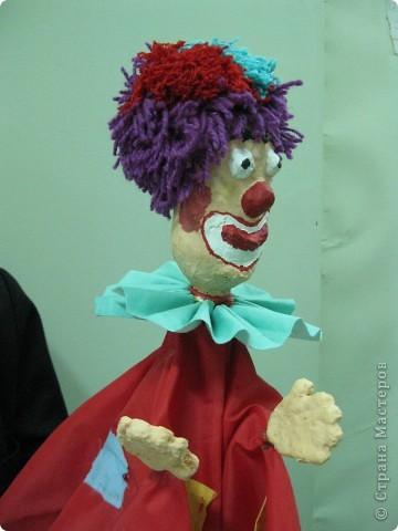 """Я работаю в Московском Дворце Творчества Детей в студии театра кукол. Преподаю детям среднего и старшего возраста оформительское искусство - учу их делать куклы в различных техниках и различных конструкций. Ранее я уже выставляла кукол детей из помпонов (http://stranamasterov.ru/node/44368). Эти куклы - тростевые, выполнены под моим руководством из папье-маше на основе пластиковых бутылок. (мой образец """"Маленький принц"""" тут - http://stranamasterov.ru/node/65002) фото 13"""