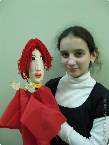 """Я работаю в Московском Дворце Творчества Детей в студии театра кукол. Преподаю детям среднего и старшего возраста оформительское искусство - учу их делать куклы в различных техниках и различных конструкций. Ранее я уже выставляла кукол детей из помпонов (http://stranamasterov.ru/node/44368). Эти куклы - тростевые, выполнены под моим руководством из папье-маше на основе пластиковых бутылок. (мой образец """"Маленький принц"""" тут - http://stranamasterov.ru/node/65002) фото 3"""