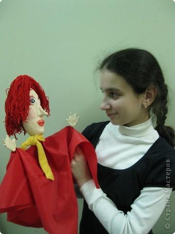 """Я работаю в Московском Дворце Творчества Детей в студии театра кукол. Преподаю детям среднего и старшего возраста оформительское искусство - учу их делать куклы в различных техниках и различных конструкций. Ранее я уже выставляла кукол детей из помпонов (http://stranamasterov.ru/node/44368). Эти куклы - тростевые, выполнены под моим руководством из папье-маше на основе пластиковых бутылок. (мой образец """"Маленький принц"""" тут - http://stranamasterov.ru/node/65002) фото 4"""