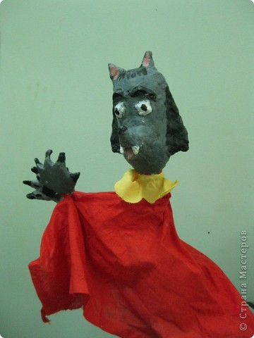 """Я работаю в Московском Дворце Творчества Детей в студии театра кукол. Преподаю детям среднего и старшего возраста оформительское искусство - учу их делать куклы в различных техниках и различных конструкций. Ранее я уже выставляла кукол детей из помпонов (http://stranamasterov.ru/node/44368). Эти куклы - тростевые, выполнены под моим руководством из папье-маше на основе пластиковых бутылок. (мой образец """"Маленький принц"""" тут - http://stranamasterov.ru/node/65002) фото 18"""