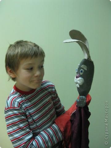 """Я работаю в Московском Дворце Творчества Детей в студии театра кукол. Преподаю детям среднего и старшего возраста оформительское искусство - учу их делать куклы в различных техниках и различных конструкций. Ранее я уже выставляла кукол детей из помпонов (http://stranamasterov.ru/node/44368). Эти куклы - тростевые, выполнены под моим руководством из папье-маше на основе пластиковых бутылок. (мой образец """"Маленький принц"""" тут - http://stranamasterov.ru/node/65002) фото 22"""
