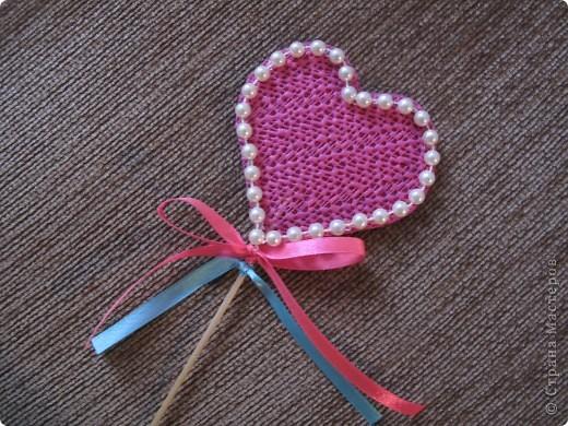 К деревянной палочке приклеила бумажное сердечко-это основа, сверху его обклеила другим сердечком из интересного материала-антискользящий коврик ( понравилась структура). Декорировать можно по вашему вкусу: бусинки, пайетки, тесьма. Украсила атласной лентой. Подарок готов! фото 1