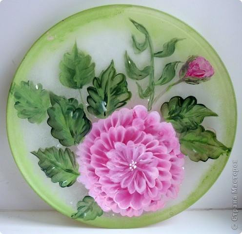 Георгин. Роспись прямая. Сначала тонируем поверхность тарелки. После сушки рисуем  сам цветок. фото 1