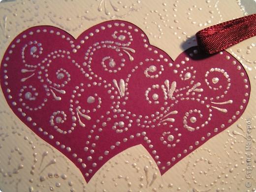 Фон открытки и сами сердца украшены росписью акриловыми крнтурами. фото 2