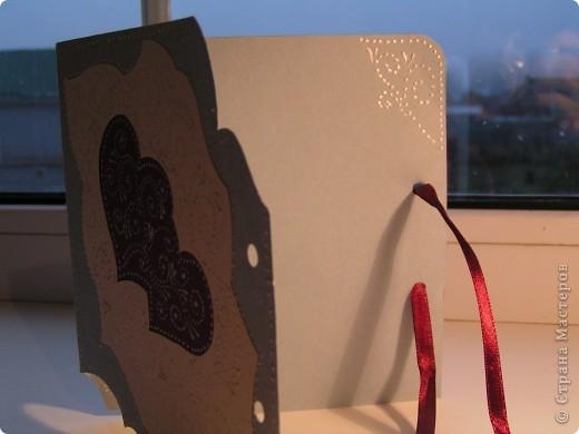 Фон открытки и сами сердца украшены росписью акриловыми крнтурами. фото 3