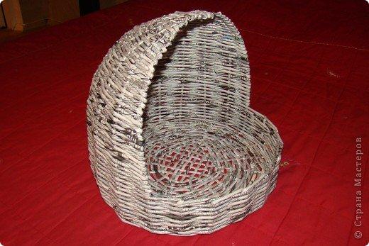 Корзинка для кошки, плетеная из газеты фото 4