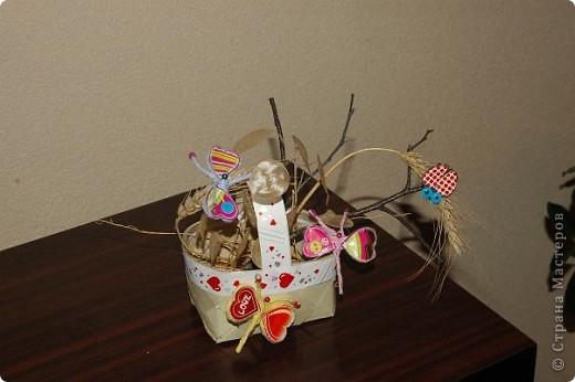 Корзинка  с поделками.Бабочки и божья коровка сделаны из салфеток для мебели.Крылышки украсила наклейками в виде сердца. фото 1