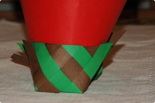 Корзинка  с поделками.Бабочки и божья коровка сделаны из салфеток для мебели.Крылышки украсила наклейками в виде сердца. фото 9