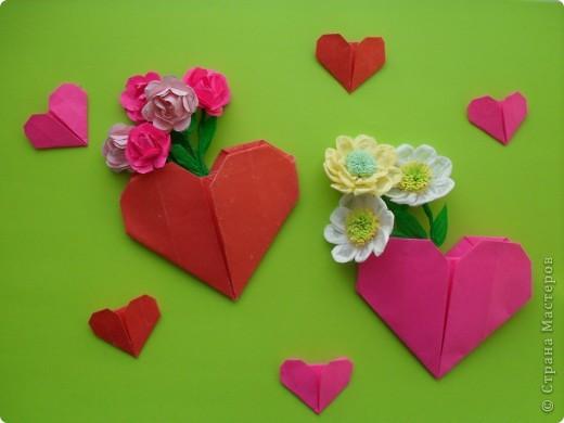 Вот и мы в нашей школе начали подготовку к предстоящему празднику. Такие сердечки с букетиками можно подарить в Валентинов день. Сердечки сделаны по МК Elena.ost http://stranamasterov.ru/node/142138?tid=451,1344  фото 4