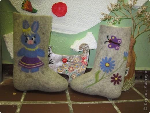 Купила внучке обыкновенные валенки. И захотелось их как-то украсить. Подумали мы с Настюшей, подумали и фото 1