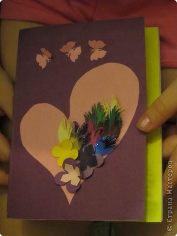 Мама попросила Настю (4 года) сделать открытку. У нас было заготовлено много  нарезанных разноцветных листочков и цветов. Вырезали сердечко и на нем сделали аппликацию.  фото 2