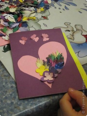 Мама попросила Настю (4 года) сделать открытку. У нас было заготовлено много  нарезанных разноцветных листочков и цветов. Вырезали сердечко и на нем сделали аппликацию.  фото 1