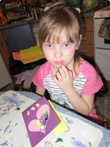 Мама попросила Настю (4 года) сделать открытку. У нас было заготовлено много  нарезанных разноцветных листочков и цветов. Вырезали сердечко и на нем сделали аппликацию.  фото 3