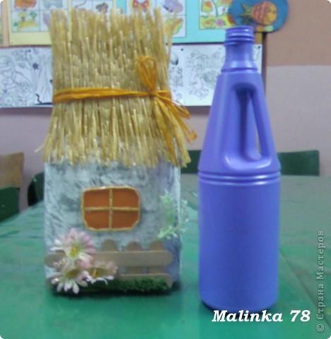 Домик сделан из 2 пластмассовых бутылок из под чистящих средств. Соединили  их скотчем и обклеили кусочками из газет, покрасили белой краской и немного посеребрили, чтобы придать эффект старины. В место окна можно сделать фото ребёнка фото 2