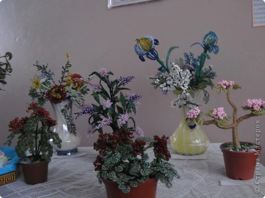 Школьная выставка работ с бисера.