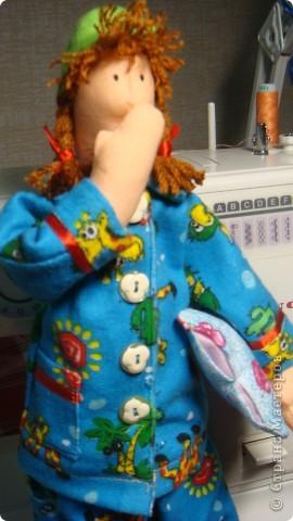 С пользой проведенные выходные. Когда сшила тушку, ужаснулась...головка малепусинькая, пузико торчит, ноги длинююююющие - вид рахитического уродца. А пижамкой прикрылись моя Сплюшка, и вроде девочка красавица вышла. фото 3