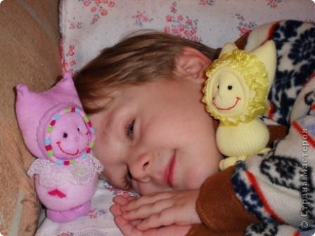 """Таких кукол я сделала для своего внука.  Спасибо мастерицам Страны!  http://stranamasterov.ru/node/115104?tid=1054 """"Носочковая"""" тема мне понравилась. Смотрела на поцелуйчиков, но назвали мы своих Кнопиками. фото 2"""