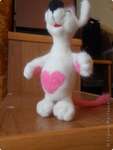 Здравствуйте! Давно хотела сделать белую мышку, такую как у Дватаи или Светульки. Но , ничего похожего у меня не вышло, вот такой зверь невизвестной науке породы, но довольно-таки симпатишный! фото 2