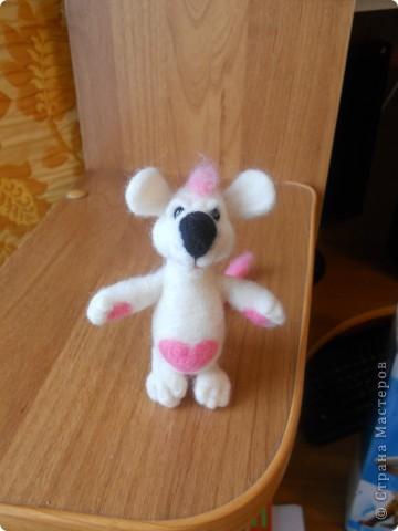 Здравствуйте! Давно хотела сделать белую мышку, такую как у Дватаи или Светульки. Но , ничего похожего у меня не вышло, вот такой зверь невизвестной науке породы, но довольно-таки симпатишный! фото 3