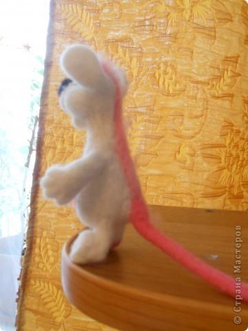 Здравствуйте! Давно хотела сделать белую мышку, такую как у Дватаи или Светульки. Но , ничего похожего у меня не вышло, вот такой зверь невизвестной науке породы, но довольно-таки симпатишный! фото 4