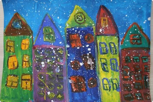Проснулась Настёна утром и решила, что надо рисовать домики. Нарисовала всем бабушкам, дедушкам и подружкам. Так замечательно.