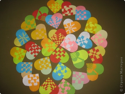 спасибо Наталии  http://stranamasterov.ru/node/142368?c=favorite за схемки сердечек. В прошлом году делали такие с простым переплетением. Вчера, во время тихого часа сделала несколько образцов по новым схемам, детей очень заинтересовали такие сердечки. Делали два дня. Это только часть того, что они наплели. фото 1