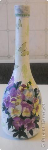 Всем хорошего настроения, настроя и вдохновения! Вот попробовала сделать из бутылки вазочку для цветочков (горлышко узкое, но для 1 цветка или небольшого букетика думаю в самый раз.) Букетик из салфетки + подрисовка фото 1